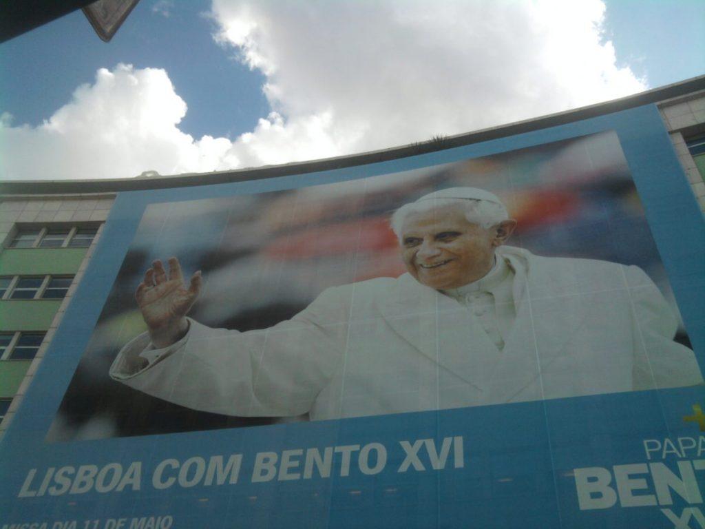 Cartaz da visita de Bento XVI no Marquês de Pombal