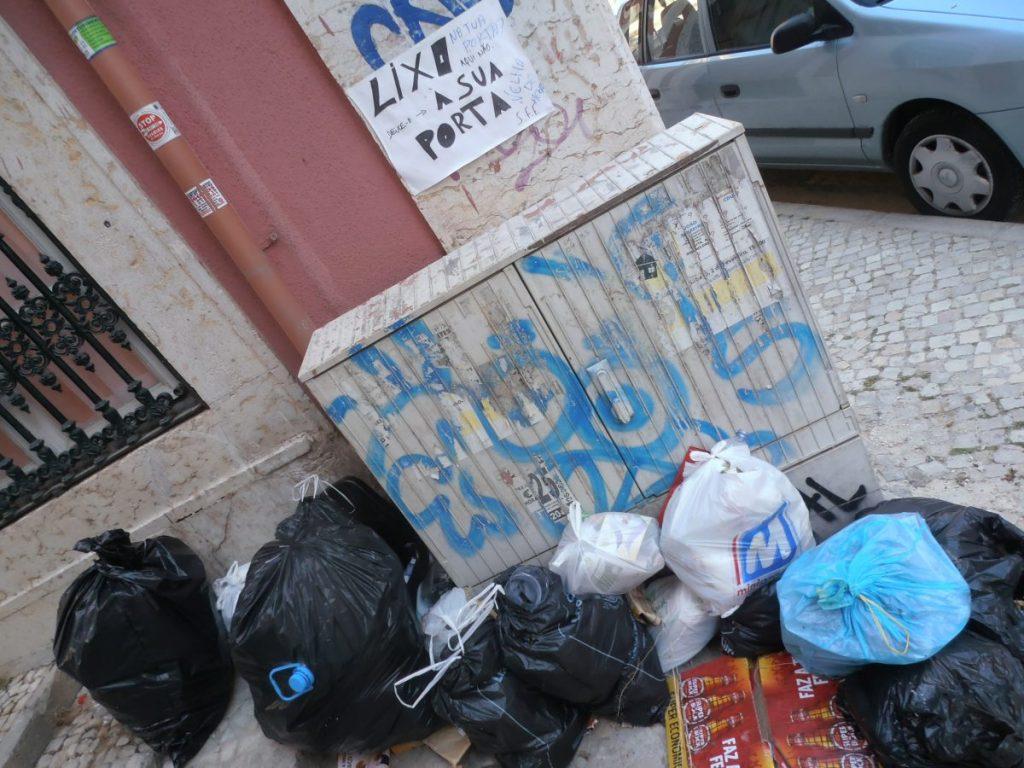 Sacos do lixo a rodear a caixa de electricidade